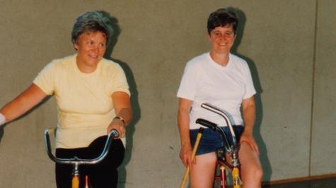 Erika Mlady (links) und Elfriede Schmidt (rechts) wurden zwei Mal bayerische Meister im Radpolo