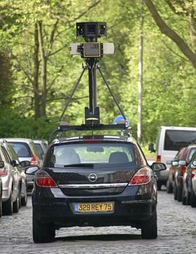 Mit Autos wie diesem fährt Google seit Monaten Deutschlands Straßen ab und fotografiert sie aus rund drei Metern Höhe, um die Bilder ins Internet zu stellen.
