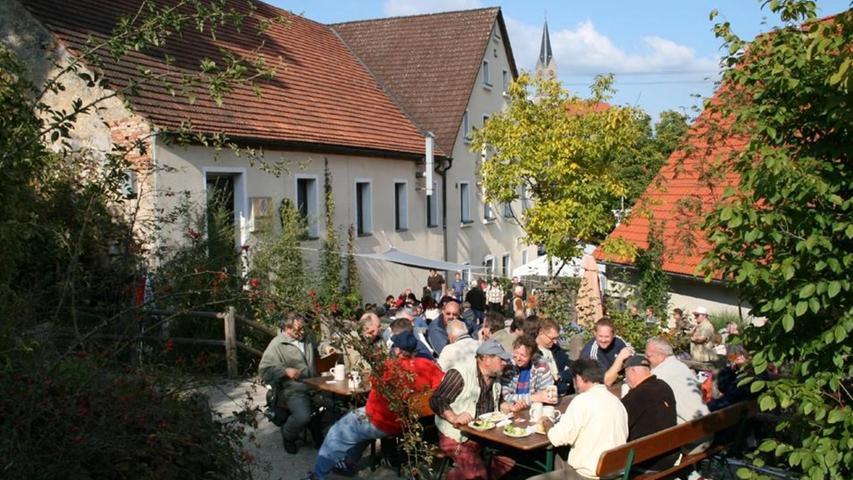 Bei schönem Wetter ist im Biergarten des Thuisbrunner Elch-Bräus kaum ein Platz auf der Bierbank frei. Junggesellen in bunten Party-Kostümen sperrt der Gastwirt konsequent aus.