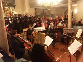 Ganz nah dran an den Akteuren: In der vollbesetzten St.<ET>Georgskirche in Georgensgmünd konnten die Besucher ein großes Weihnachtskonzert erleben.