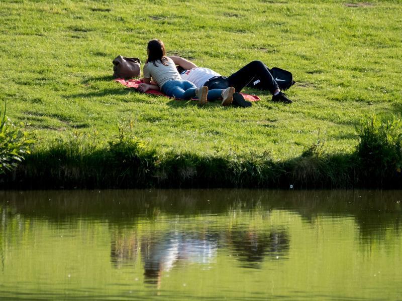 Zahlreiche Besucher genießen in Berlin das sonnige warme Wetter auf dem Badeschiff auf der Spree