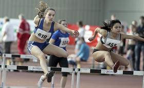 Katharina Winkler (links) vom LAC Quelle Fürth ließ über 60-Meter-Hürden Ruffa Bögelein aus Ansbach hinter sich. Mit 5,19 Meter im Weitsprung gewann sie auch noch einen zweiten Titel.