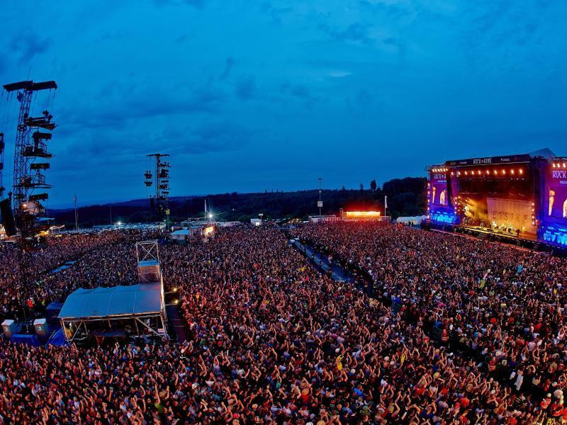 Besucher des Musikfestivals Rock am Ring feiern vor der Bühne