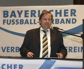 Der Abschluss eines anstrengenden Tages: DFB-Vizepräsident Rainer Koch auf dem BFV-Kreistag in Nürnberg.