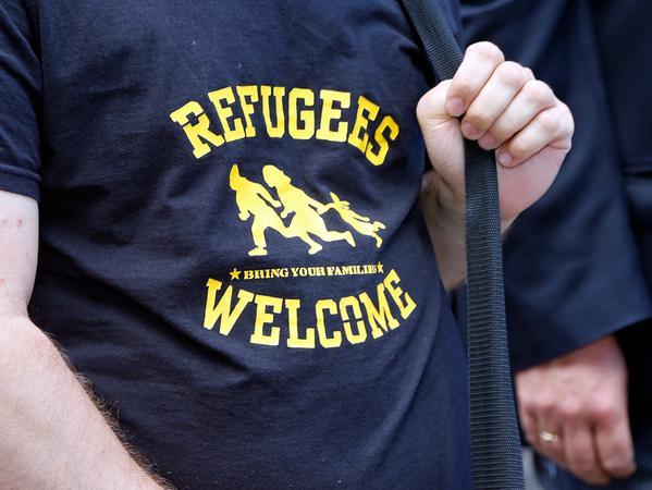 RESSORT: Lokales ..DATUM: 10.06.17..FOTO: Michael Matejka ..MOTIV: Demo gegen Polizeieinsatz an der B11..; Rund 300 Demonstranten, laut Veranstalter, sprachen sich am Hallplatz gegen Abschiebungen nach Afghanistan aus Das Land sei nicht sicher, die Rückführung bedeute für Flüchtlinge eine Reise in den Tod Demonstration; Asyl; Abschiebung; Protest; Gegner, Refugees Welcome, Aufschrift , Slogan ; ANZAHL: 1 von 19..Veröffentlichung nur nach vorheriger Vereinbarung