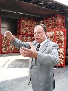 Immer in Bewegung: Karl-Heinz Kago hat stets neue unternehmerische Ideen. Hier ist er auf einem Archivbild vom Herbst 2005 vor seiner Kaminholzfabrik in Postbauer-Heng zu sehen.