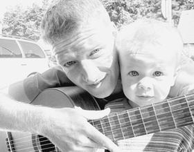 """Hat eine neue CD mit """"Mitmach-Liedern"""" veröffentlicht: Stephen Janetzko aus Dechsendorf mit seinem zweijährigen Sohn Leon Lukas.Foto: oh"""