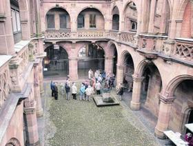 Bei der Frage, ob der Innenhof des Pellerhauses rekonstruiert werden oder so bleiben soll, wie er jetzt ist, da scheiden sich die Geister. Auch diese Diskussion wird auf Michael Metzners Baukunst-Webseite aufgegriffen.Foto: Sippel