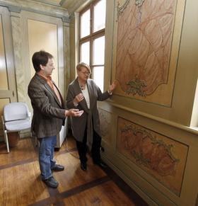 Reiner Paul und Inge Lauterbach vor den Rokoko-Malereien im Dr.-Erich-Mulzer-Haus, von denen nur eine (unten rechts) vollständig erhalten ist.