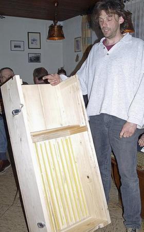 Markus Hilfenhaus stellte die neue, selbst gebaute Obstkiste vor.