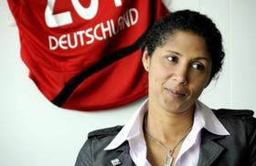 Steffi Jones, ehemalige erfolgreiche deutsche Fußballspielerin und Präsidentin des Organisationskomitees für die Frauenfußball-WM 2011. Gegründet im Oktober 2008, will die Nürnberger Resolution die Bundesregierung dazu bewegen, den Einzug weiblicher Führungskräfte in Entscheidungsgremien systematisch voranzutreiben.