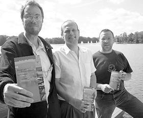 Sie haben sich eingehend mit der Natur am Dutzendteich beschäftigt und ein Buch verfasst (von links): Günther Raß, Gerhard Brunner und Markus Gierisch.
