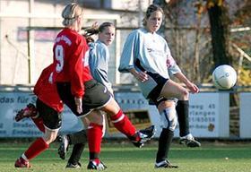 Erlangens Torschützin Stefanie Oelze (rotes Trikot) stand im Frauenfußball-Nachbarduell allein auf weiter Flur. Hier klären Baiersdorfs Birgit Hübschmann (rechts) und Steffi Hallas (Mitte).