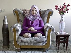 Kai Wiedenhöfer fotografierte die junge Palästinenserin Jamila Al-Habash, die bei einem Raketenangriff beide Unterschenkel verlor. <autor>Foto aus dem besprochenen Buch