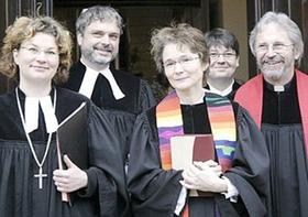 Die neue Pfarrerin Gerhild Zeitner (3. v. li.) mit Ehemann Hans-Jürgen Johnke (rechts), Dekanin Schürmann (ganz links) und dem stellvertretenden Dekan Axel Bertholdt aus Neunkirchen (2. v. li.).