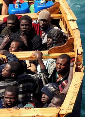 Rettung in Europa? Entkräftete afrikanische Flüchtlinge in einem Boot, mit dem sie die kanarischen Inseln ansteuern.
