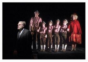 Von der Familie verdrängt: «Der Hutmacher» (Markus Ahme, links) in der Regensburger Inszenierung.