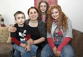«Ich will meinen Beitrag leisten für diese Gesellschaft: Erst mit 25 kam Gülsan Boz nach Deutschland, fürs Foto posiert die Sozialpädagogin mit ihren drei Kindern: Aras (4), Dilsah (11) und der 17-jährigen Dilara (von links).